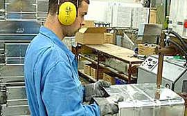 Jede unserer Aluminiumboxen wird von Hand montiert